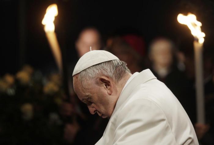 Francisco, anoche, presidiendo el Via Crucis en el Coliseo